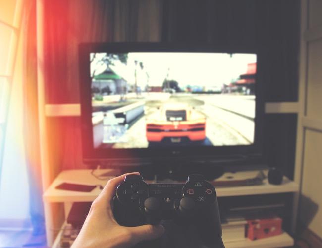 プレイステーションでレースゲームをプレイ